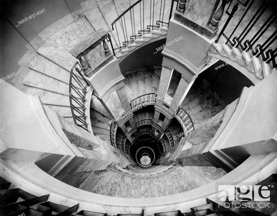 Pianerottplo/troma delle scale di Palazzo Mezzanotte (attuale Borsa e Finanza Milano) tra il 1920-30 del 1900.