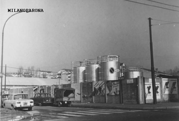 Milano 1970 circa, tra Porta Romana e Corvetto. Deposito comburenti. (autore: Mario Cattaneo; fonte: Lombardia beni culturali)