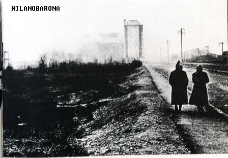 Barona 1958 circa. Via Santa Rita da Cascia verso il palazzo di Via Bari 2 e il Santuario, visti da Piazza Guglielmo Miani. Autore Mario Carrieri.