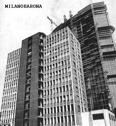 """Milano """"City"""" 1959 circa. Grattacielo Pirelli in costruzione visto dalle vie private interne dell'isolato compreso tra Via G. Fara, Via Fabio Filzi, Via Galvani e Via Pirelli. Lo stabile in primo piano venne realizzato dalla impresa Pedercini dal quale proviene questa immagine (web Pedercini spa)."""