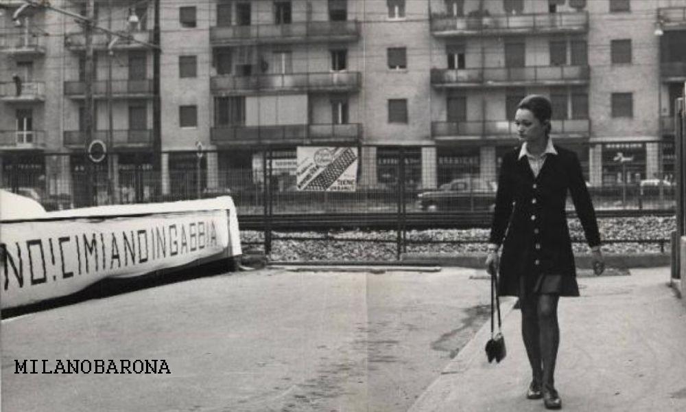 """Milano Crescenzago 1970 circa. Via Narni con uno striscione di protesta per la permanenza, in superficie, della tratta M2 tra Cimiano e Cascina Gobba. La scritta di protesta evidenzia un quartiere tagliato in due dall'arteria di Viale Palmanova ma anche dalla vecchia Tranvia Milano-Gorgonzola-Vaprio... """"riciclata"""" da Metropolitana Milanese (ed ATM) per il consolidamento (a partire dall'Ottobre 1969) della tratta Caiazzo Gobba (in superficie tra Udine e Cimiano) che condivideva il tratto urbano della succitata tranvia. Forse, in quegli anni... qualche politico promise scavi sotterranei sino a Cascina Gobba... ma cosi' non fu. Del resto, il quartiere Cimiano-Crescenzago era, comunque, diviso dall'arteria a scorrimento veloce di Viale Palmanova che rendeva impossibile l'attraversamento pedonale... Queste sono le scelte urbanistiche piu' o meno scellerate... che si fecero tra la fine degli anni '50 e l'inizio anni '70 nel settore nord orientale di Milano (altra scelleratezza era Viale Fulvio Testi, frutto di una visione da """"viablità radiale"""" già sfiorata dal ventennio fascista e parzialmente consolidatasi negli anni deò boom economico (le tangenziali Est e Ovest salvarono, a modo loro, una ecatombe urbana e viabilistica ormai compiuta, errata e irreversibile). (fonte fotografia web Panorama)"""