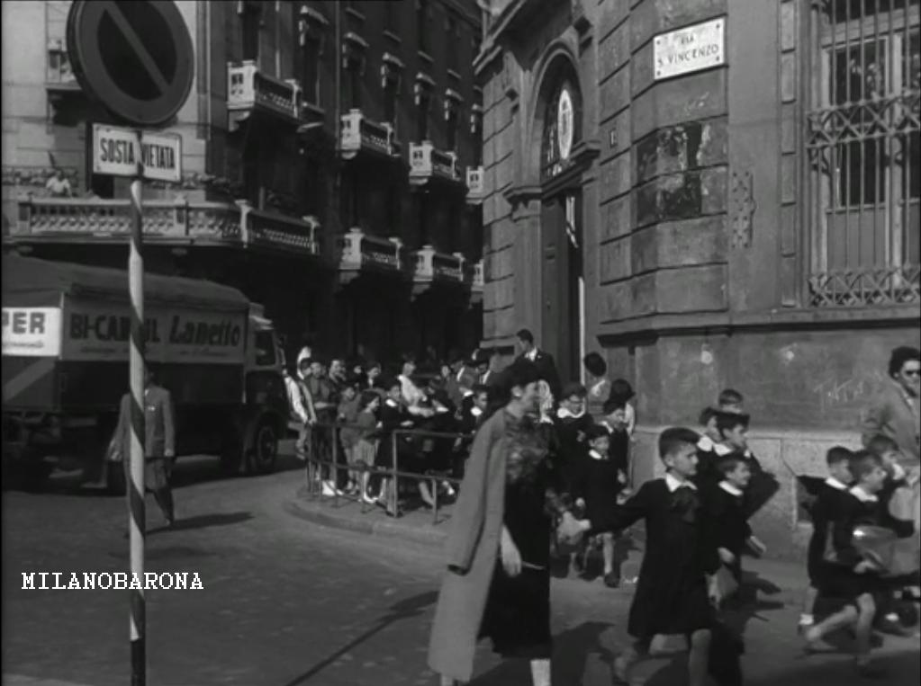 Milano 1945, Porta Genova/San Vittore. Uscita scolari dalla scuola elementare di Via San Vincenzo angolo Via Ariberto. (fonte: fotogramma cinematografico)