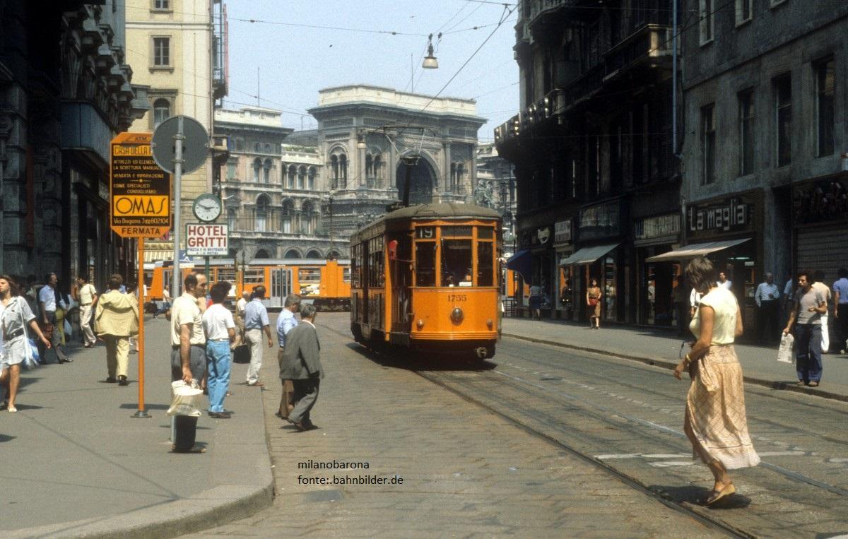 """Milano, Agosto 1984. Via Torino Vettura """"28"""" serie 1500, numerata 1755, linea 19 (Roserio-Negrelli)."""