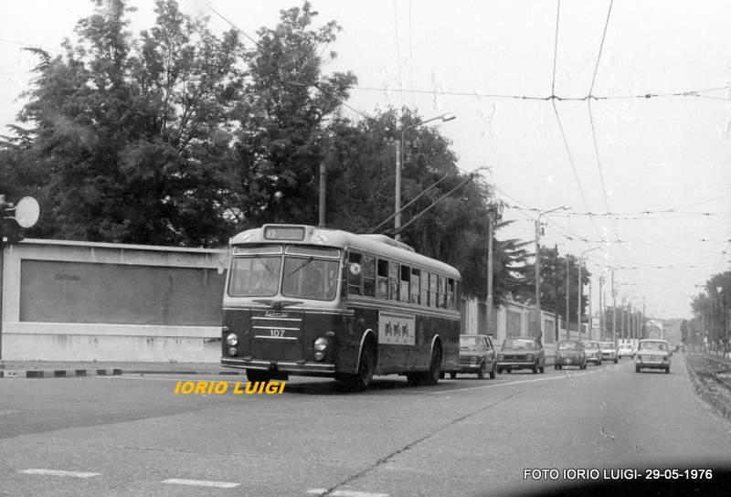 Niguarda, Maggio 1976. Via Benefattori dell'Ospedale con un filobus Alfa Romeo 1000 della linea 83 (soppressa pochi giorni dopo la ripresa di questa immagine). Fonte web : ilportaledeitreni