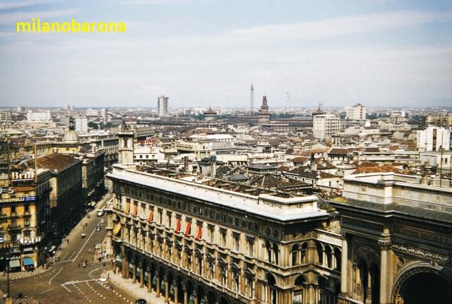 Dalla terrazza del Duomo la veduta verso ii portici settentrionali e Via Dei Mercanti (1956), Fonte ventets.wordpress