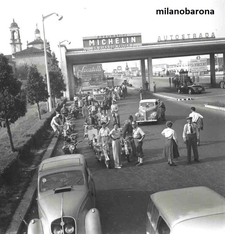 """Milano 1949. Certosa-Musocco, raccordo e cavalcavia del Ghisallo. Raduno proprietati e appassionati scooter """"Lambretta"""" della Confederazione Elvetica. Fonte: lambretta.com"""