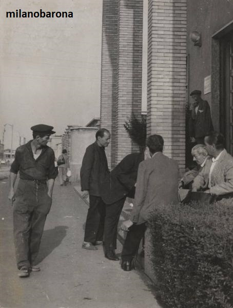 """Milano 1967. Tra Porta Vigentina e il Corvetto, Viale Ortles. Dormitorio """"casa di ristoro"""". (fonte fotografica portale web Lombardia beni culturali)."""