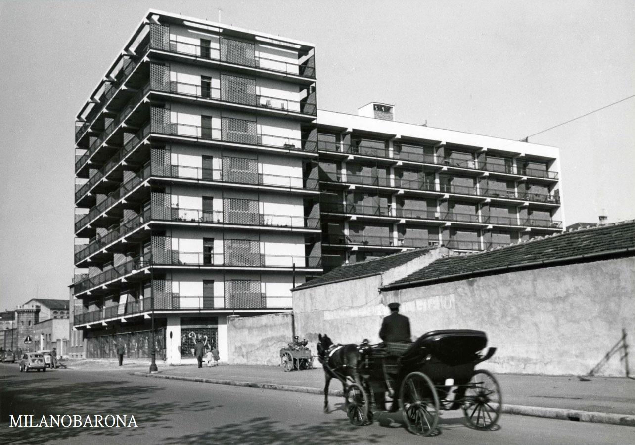 Milano anni '60, Solari-San Vittore, Viale Papiniano intersezione via Pietro Azario. Calesse lungo Viale Papiniano. I capannoni in evidenza sul lato destro dell'immagine furono, pochi anni dopo lo scatto di questa foto, sostituiti da un supermercato tutt'oggi esistente.