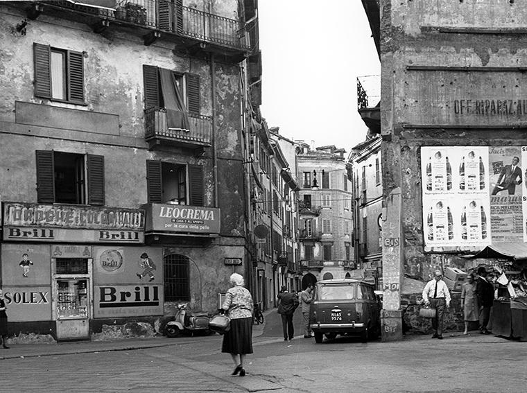 Brera 1965 circa. Via Madonnina e Piazza del Carmine. Autore Virgilio Carnisio, fonte web: Archiviofotografico.org