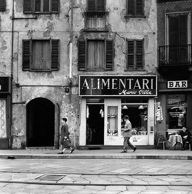 Tra Carrobbio, Sant' Ambrogio e Porta Magenta. 1970 circa, Negozio di Alimentari lungo la Via Nirone. Autore Virgilio Carnisio, fonte web: archiviofotografico.org