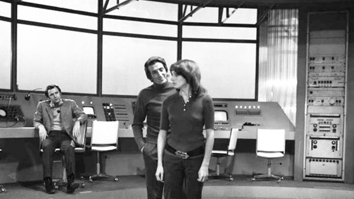"""Fotogramma dello """"sceneggiato"""" RAI """"A COME ANDROMEDA"""". L'immagine ritrae Luigi Vannucchi e Paola Pitagora (fonte immagine: web api.superguidatv)"""