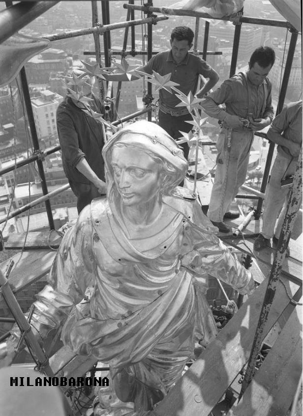 Agosyo 1967. Termine restauro (doratura) della Madonnina... con ripristino dell'impianto di illuminazione notturna. (fonte immagone: web duomomilano)
