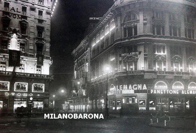Piazza del Duomo 1930 circa. Visione notturna della Caffetteria Alemagna. (fonte immagine: web pinterest).