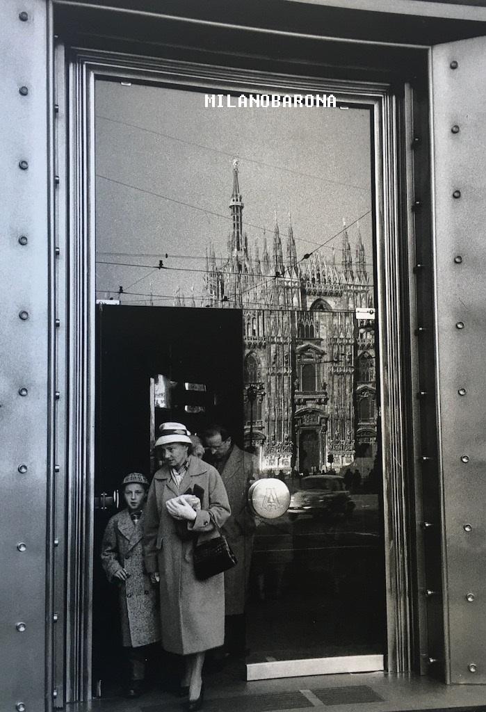 Ex caffetteria Alemagna 1960 circa (Via Torino angolo Via Orefici. Autore Mario de Biasi, fonte web riquadro.com.