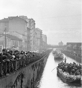 Milano Ticinese, anni '50 dal ponte di Via Valenza, Carnevale sul Naviglio Grande
