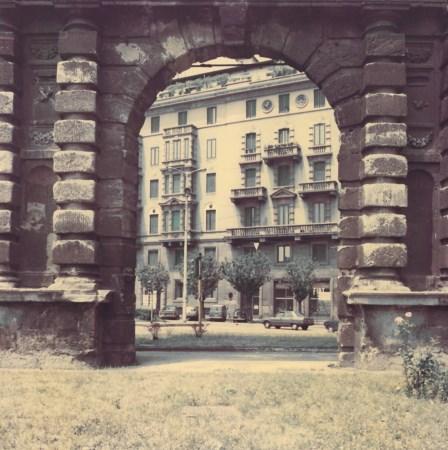 Piazza Medaglie d'Oro1987. Arco di Porta Romana. (fonte immagine web arsvalue)