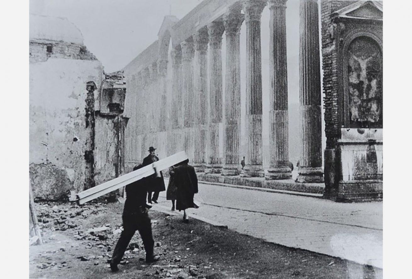 Ticinese Carrobbio, 1956 circa. Colonne di San Lorenzo in Maggiore e Corso di Porta Ticinese. (fonte web bergamasca.net)