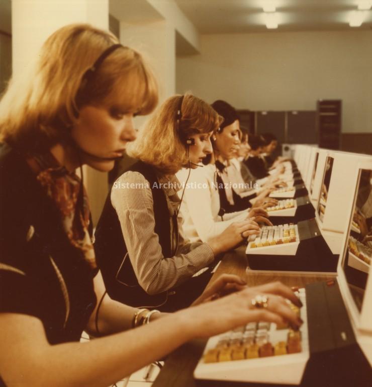 Operatrici videoterminaliste Centro Telegrafico CIMA Milano, 1977. (fonte web imprese.san.beniculturali)