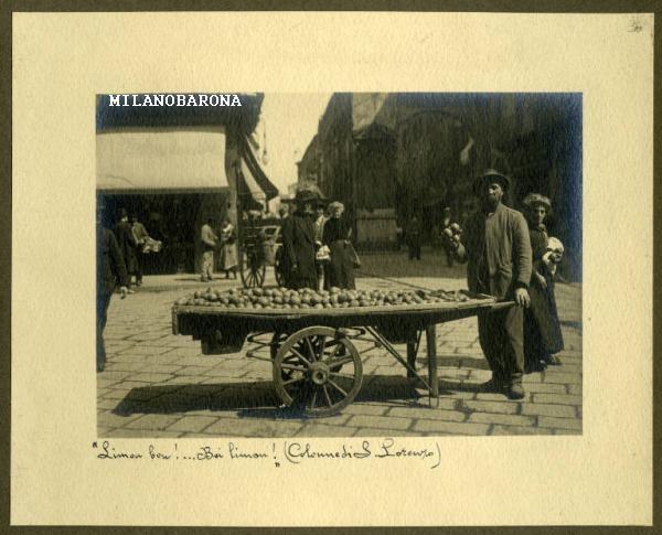 Milano Carrobbio-Ticinese primi del 900. Venditore di limoni alle Colonne di San Lorenzo (siamo in corrispondenza dell'attuale Via Pioppette-Corso di Porta Ticinese. (fonte web fotografica Lombardia beni culturali)