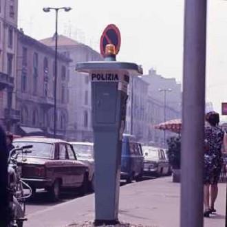 MILANO 1970 NELLE VIE DI MILANO SONO STATE POSIZIONATE LA NUOVE STAZIONI DI CHIAMATA AL 113 DELLA POLIZIA ITALIANA AG ALDO LIVERANI SAS
