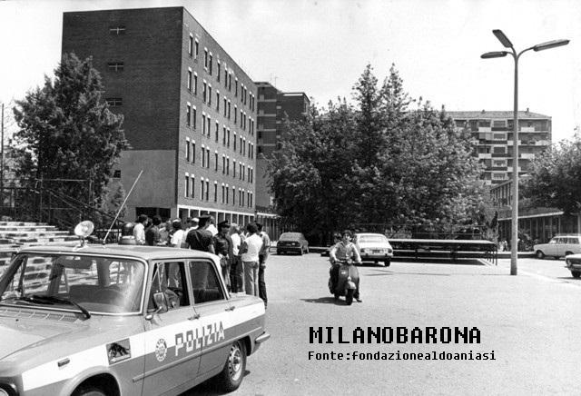 """Comasina (datazione posibile 1975-80), Piazza Pietro Gasparri (lato terminalee senza uscita della medesima). Atmosfera da film """"poliziottesco"""" anni '70 con una pattuglia tipicamente anni '70 (Alfa Romeo Giuli 1600) in dotazione nel periodo degli """"anni di piombo"""" con una livrea rinnovata a partire dal 1975/76 circa (prima di allora erano di colore verde militare). Atmosfera tipicamente """"tesa"""" come era comune nelle periferie milanesi nei periodi nei quali la vecchia ligéra (mala milanese) si armò (anche per l'infiltrazione del crimine organizzato dell'Italia meridionale) compiendo rapine, anche mortali, in molti Istituti di Credito. Luoghi, quindi, dove nacque, anche, sempre in queel periodo, la Banda della Comasina guidata dal """"Bel Renè) Renato Vallaanzasca che nacque tra la zona Loreto e Lambrate lungo la Via Porpora e visse, in età adolescienziale nel quartiere Giambellino per poi essere imprigionato nel Carere Minorile del """"Beccaria"""" (non molto lontano dal Giambellino medesimo). Fonte immagine, web fondazionealdoaniasi"""