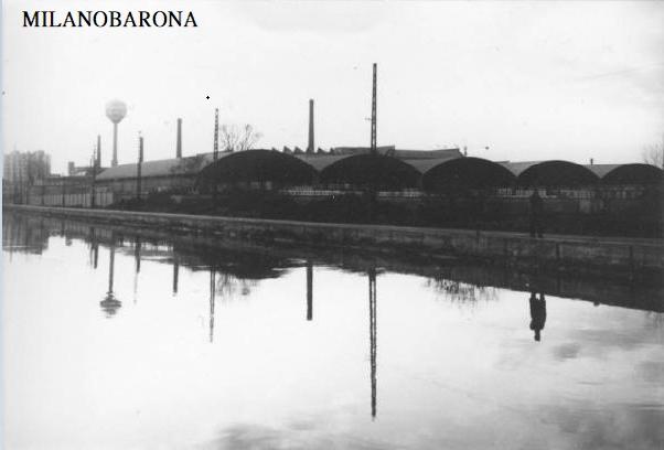 Corsico 1970 circa. Via Milano lungo il Naviglio Grande. Capannoni e ciminiere dovrebbero appartenere all'area industriale che oggi viene demoninata ex Area Pozzi e sulla quale sorgono aree di verde attrezzato. (fonte: Lombardia beni culturali)
