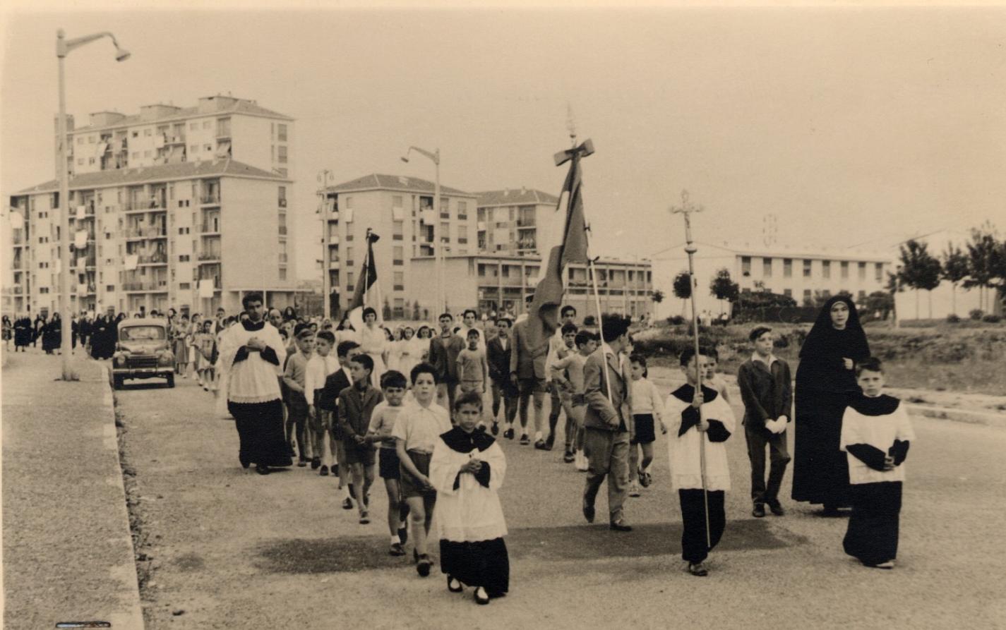 Milano 1957 Crescenzago (Parco Lambro). Via Orbetello durante una processione religiosa. (fonte doncalabria.net)