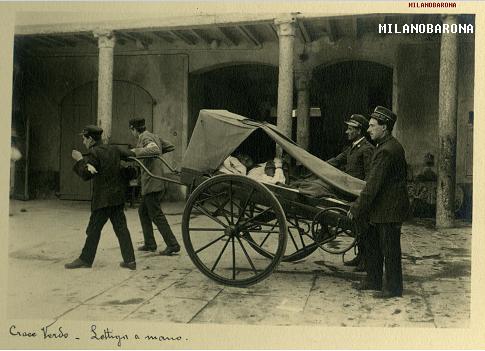Croce Verde Milano. Lettiga a mano, 1915 circa, sede di Via Stella 31, successivamente Via Corridoni. (fonte immagine_ web Croce Verde Milano