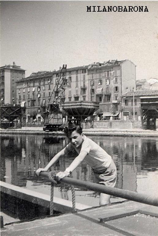 """Milano anni '50, Darsena. """"Barcaiolo"""" di barcone. (fonte: web milanoneltempo)"""