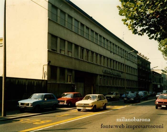 """Milano 1985 circa. Ticinese confinante con la Barona. Viale Cassala 40 ex azienda Omikron. Lo stabile, edificato nel 1947, in un periodo in cui il sito era una """"terra di nessuno"""" immersa nelle nebbieesiste ancora oggi (restiling """"radicale"""" della facciata nel primo decennio degli anni '2000)."""