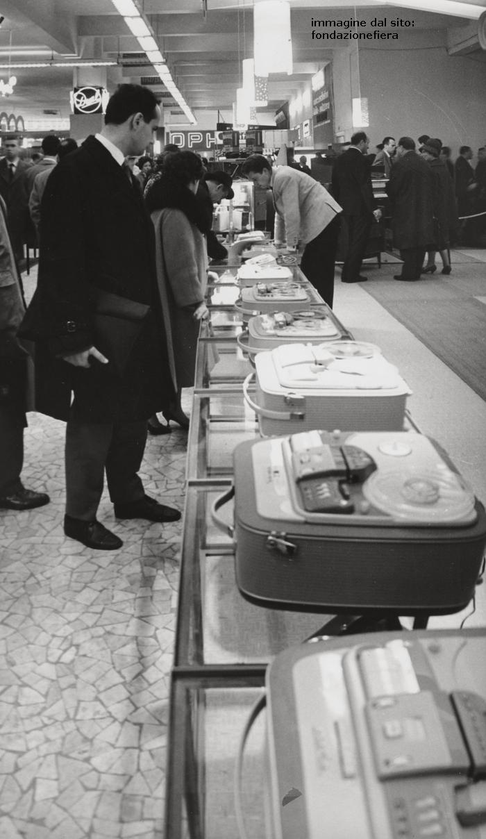 Fiera Campionaria edizione 1962. Magnetofoni a nastro con bobine .