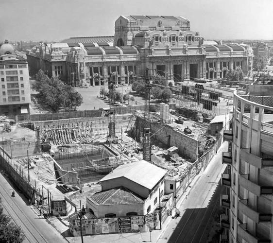 """Fondamenta del costruendo grattacielo Pirelli, siamo nel 1956. Da notarsi la superficie edificabile minima che tale edificio richiese per la sua edificazione a ridosso degli ex Stabilimenti Pirelli della """"Brusada"""", abbattutti durante i bombrdamenti aerei angloamericani del periodo bellico. (fonte immagine web ilGiorno.it)"""