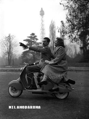 Parco Sempione 1949. Foto ritraente Gian Battista Colombo, ovvero l'autore fotografo della foto medesima. (fonte immagine http://www.giancolombo.net/biografia.html)