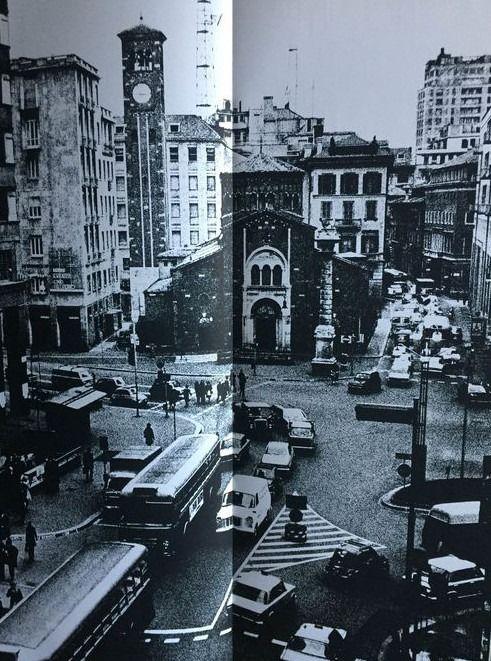 """Piazza San Babila 1974. Immagine dal libro """"Milano vive"""" di Dante Bighi (fonte catawiki)"""