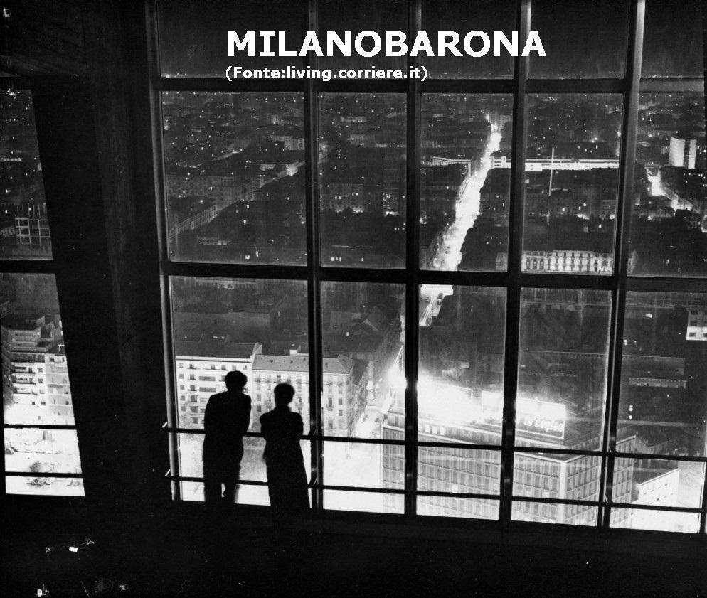 Sommità grattacielo Pirelli fotografata all'ultimazione del medesimo (1960). In evidenza la Via Vitruvio ripresa in notturna con uno scatto a lunga esposizione. (fonta immagine: living corriere.it)