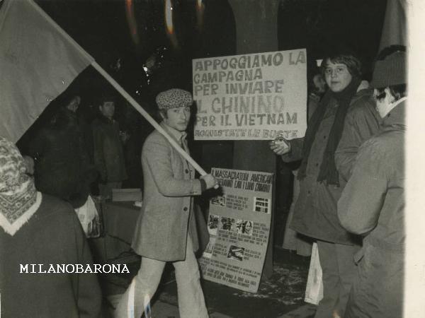 """Milano """"Baia del Re"""" Stadera nei primi anni '70. Manifestazione contro la guerra USA del Vietnam in Via Nicola Palmieri. (fonte fotografica, contestuale e localizzazione citata, web Lombardia beni culturali)."""