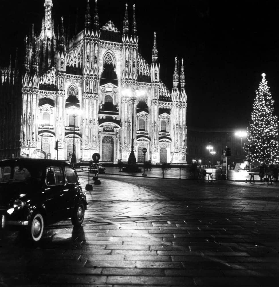 Piazza Duomo (lato verso Piazza e Via Mercanti) 1955. Autore Marin Corrado, fonte web fondazione3m, fondo rivista Ferrania.
