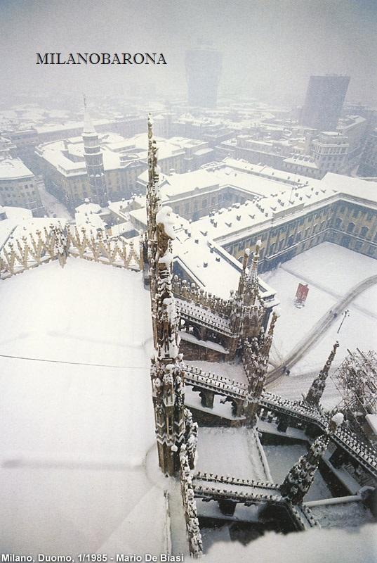 Milano 1985. Nevicata del Gennaio '85 ripresa dalla sommità del Duomo. (autore Mario De Biasi, fonte Stagniweb)