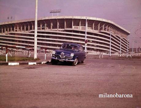 """Stadio Meazza 1959. In evidenza una Alfa Romeo Giulietta Berlina durante una prova """"sportiva"""" di guida. (fonte web paperblog)"""