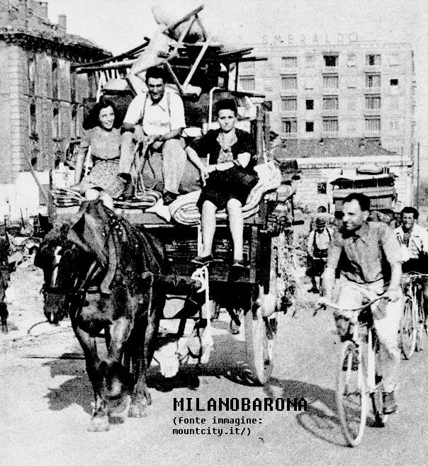 Porta Garibaldi 1943. Sfollati dei bombardamenti in Piazza XXY Aprile. (fonte;: mountcity.it)