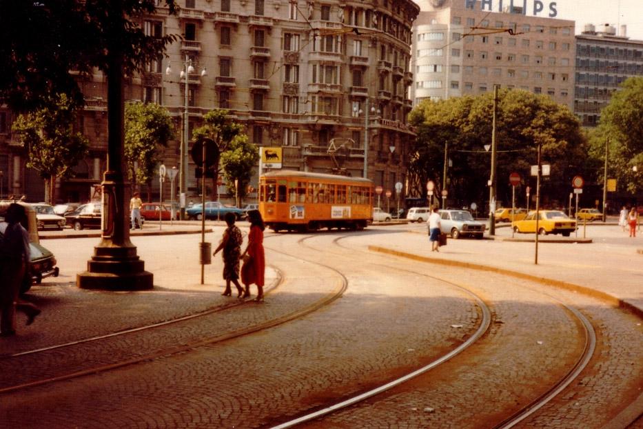 """Piazza IV Novembre e Piazza Duca D'Aosta nel 1981, dalla """"galleria delle carrozze""""... quando era ancora attraversata da linee tranviarie. fonte immagine /en.sporvognsrejser.dk"""