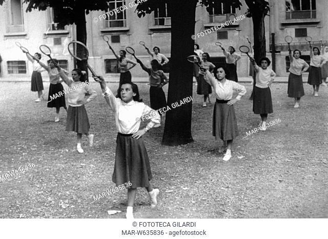 """Immagine con didascalia """"Milano 1950"""" (agefotostock). Presumibilmente una scuola media inferiore di Milano durante l'ora di educazione fisica per una classe femminile. Lo stile educativo """"ginnico"""" riflette, palesemente, quello del ventennio fascista appena trascorso."""