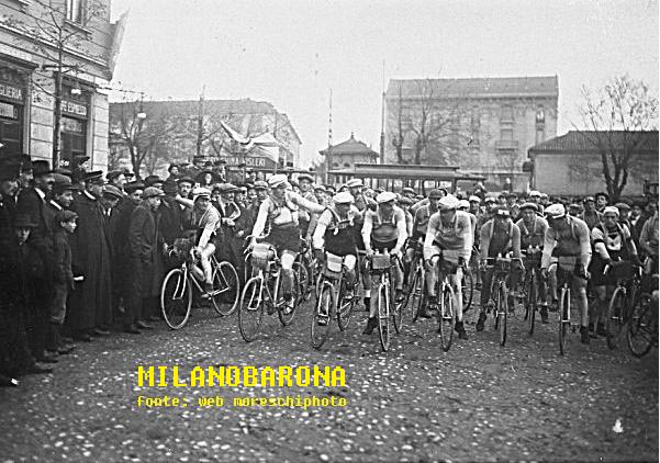Ticinese (data stimabile tra il 1907-14). Piazza XXIV Maggio, partenza gara ciclistica Milano Sanremo. (web moreschiphoto)