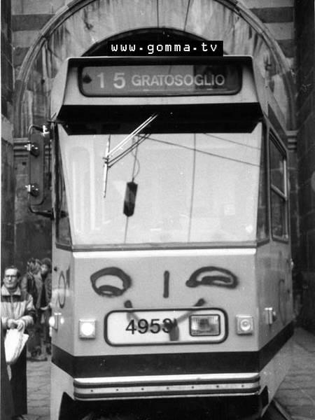 """Milano Ticinese 1985. Jumbo tram serie 4900 """"decorato"""" da scritte spray in prossimità delle Colonne di San Lorenzo e Pusterla Medievale del medesimo sito."""