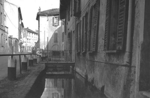 Milano-Ticinese. Via Magolfa (roggia Triulza) anni '60 (da http://blog.urbanfile.org e https://alessandro54.files.wordpress.com )
