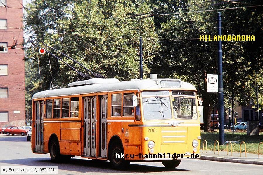 """Calvairate 1983. Piazzale Vincenzo Cuoco, vettura filoviaria linea 93 Akfa Romeo 1000 presumibilmente serie 200-220 detta anche """"Tubocar"""". Fonte immagine_ web bkcw-bahnbilder.de"""