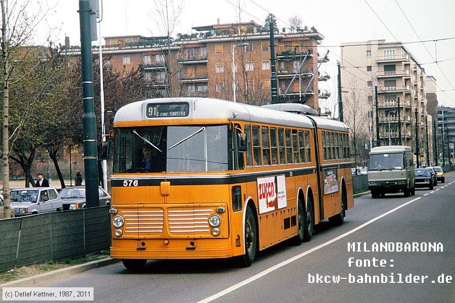 """Viale Stelvio 1987. Fiat 2472 Viberti CGE detto """"Vibertone"""", linea 90-91. Fonte immagine: web bkcw-bahnbilder.de"""