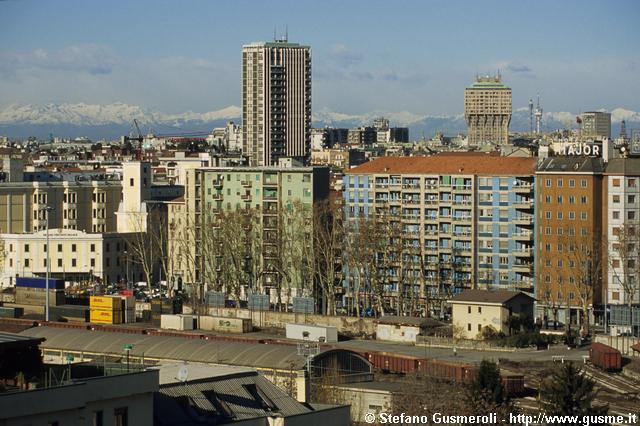 """Milano 2003, Scalo Porta Romana LODI TIBB, fotografato da Corso Lodi. In evidenza i """"grattacieli"""" di Piazza Medaglie d'Oro e la Torre Velasca (immagine in teleobiettivo)"""