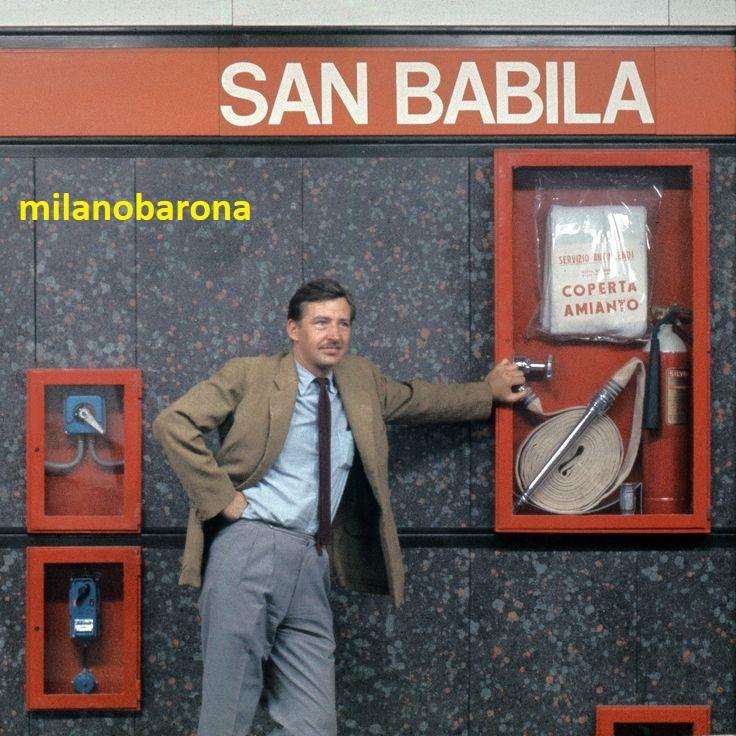 Milano 1965 circa, San Babila, omonima fermata MM1 Metropolitana linea rossa. Nella immagine, in evidenza, la coperta ignifuga in Amianto da utilizzarsi in caso di incendio di cose, impianti e persone. (fonte Wikipedia)