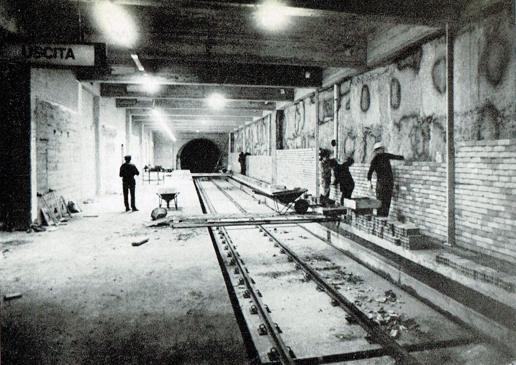 Banchina fermata metropolitana verde M2, 1968/69 circa. L'immagine ritrae il cantiere della costruenda fermata M2 Lambrate, aperta dal 27 Settembre 1969 nella tratta Cascina Gobba-Caiazzo. (fonte web metroricerche.it)
